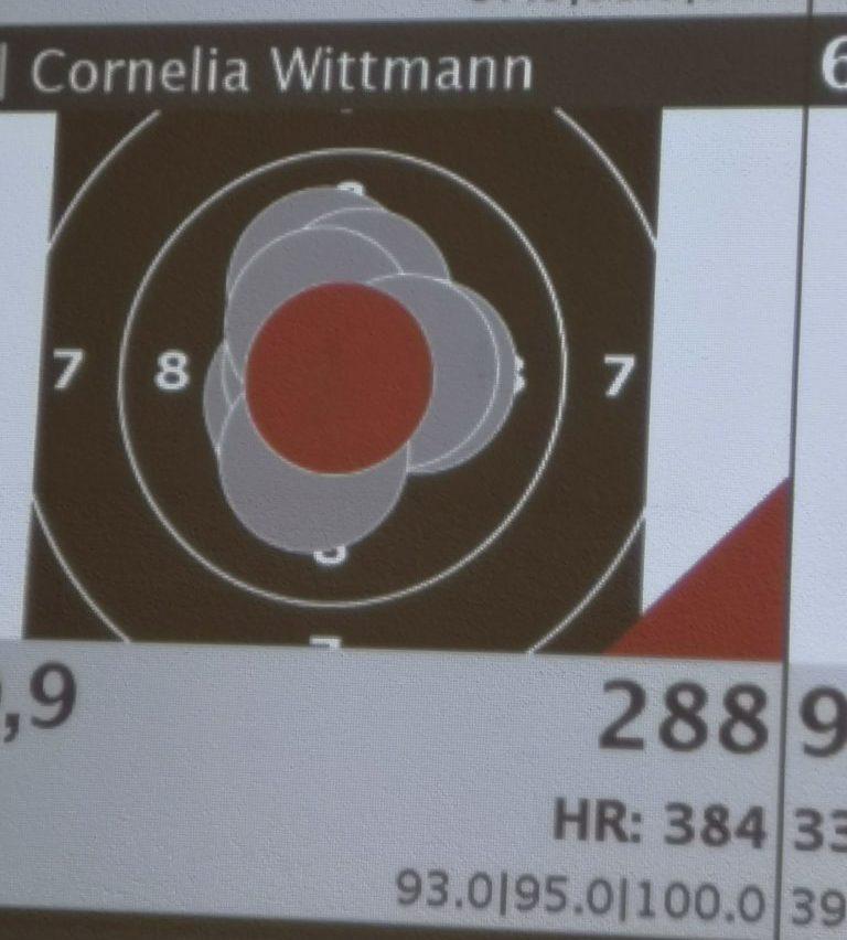 Besser als Wolfgang machte es an diesem Wettkampftag Cornelia Wittmann von Germania Prittlbach. Allerdings musste sie sicht trotz einer 100er Serie unserer bärenstarken Anni Birkmeir geschlagen geben.